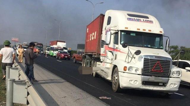 Xe container đâm công nhân làm đường tử vong trên cao tốc Pháp Vân - Cầu Giẽ