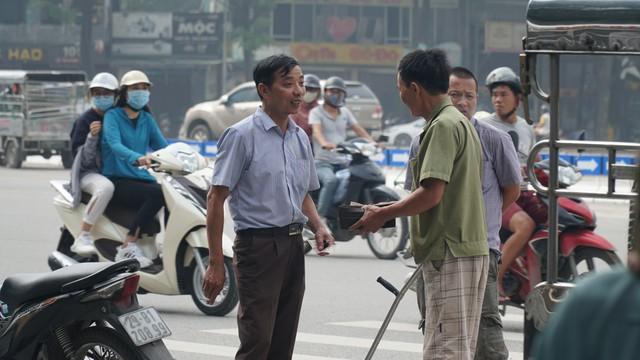 Phe vé ráo riết chèo kéo thương binh bán lại vé trận Việt Nam - Malaysia giá 1,5 triệu đồng/vé