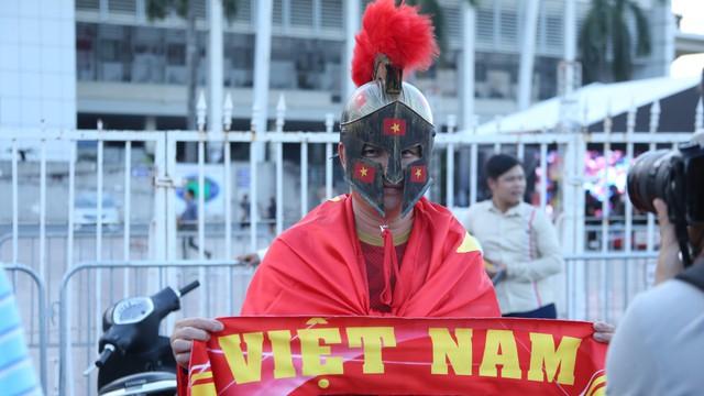 """[ẢNH]: Cổ động viên Việt Nam """"đốt cháy"""" Sân vận động Mỹ Đình trước giờ G"""