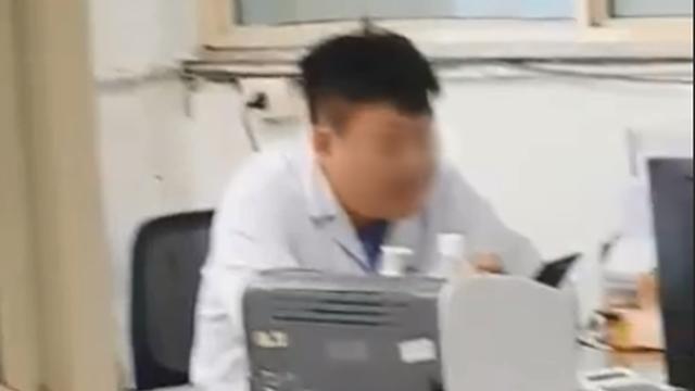 Xôn xao hình ảnh bác sĩ ngồi thản nhiên xem điện thoại dù bệnh nhân xếp hàng dài chờ đợi trong giờ hành chính