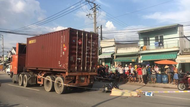 Lấn làn ô tô tông đuôi xe container, nam thanh niên đi xe máy chết tại chỗ