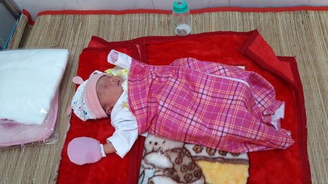 Tìm người thân bé gái sơ sinh bị bỏ rơi trước chùa