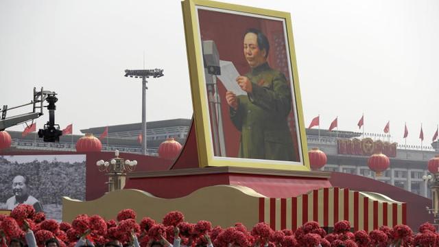 """Lên Twitter chế tên Mao Trạch Đông, ngoại trưởng Philippines phải xin lỗi TQ, gọi lại là """"Người cầm lái vĩ đại"""""""
