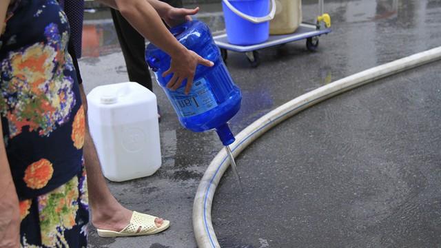 Cư dân chung cư HH Linh Đàm đổ bỏ nước cấp miễn phí vì có mùi tanh