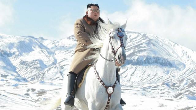 Ngựa thần ông Kim cưỡi trên đỉnh Paektu: Thần tiên mới cưỡi nổi, phi nước đại chân không in dấu