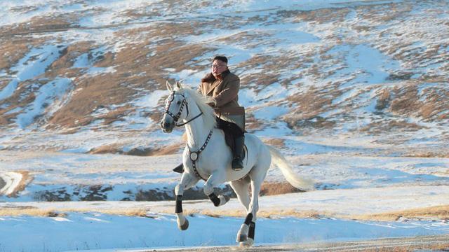 24h qua ảnh: Nhà lãnh đạo Triều Tiên cưỡi ngựa trên núi phủ tuyết trắng
