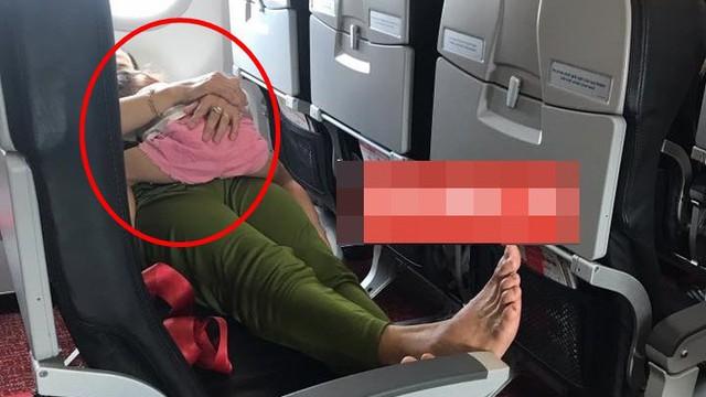 Chỉ trích người phụ nữ ôm con nằm trên ghế máy bay, thanh niên gặp phản ứng trái chiều