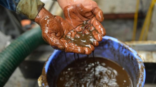 Cận cảnh nước váng dầu ở bể ngầm chung cư cao cấp sau sự cố nước sạch sông Đà nhiễm dầu thải