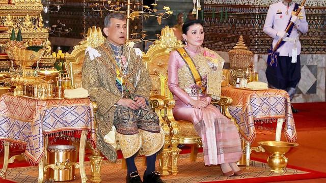 Vừa phế truất Hoàng phi, Quốc vương Thái Lan ban lệnh sa thải tiếp cận vệ hoàng gia