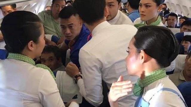 Nhét tay vào miệng cứu hành khách co giật trên máy bay là sơ cứu sai, gây nguy hiểm cho cả 2