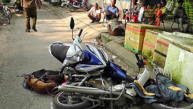 Người dân đẩy xe máy cản đường hai thanh niên trộm chó