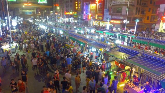 Hàng vạn người chen chân dạo phố đêm đầu tiên tại Nghệ An, rác ngập ngụa trên đường sau ít giờ