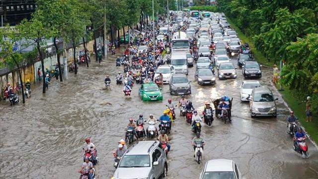 Gần 500 tỉ đồng nâng đường Nguyễn Hữu Cảnh, có hết ngập?