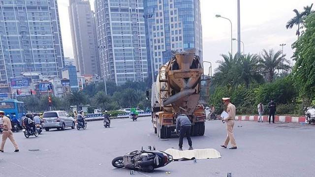Hai phụ nữ bị xe bồn chở bê tông đâm tử vong giữa phố ở Hà Nội