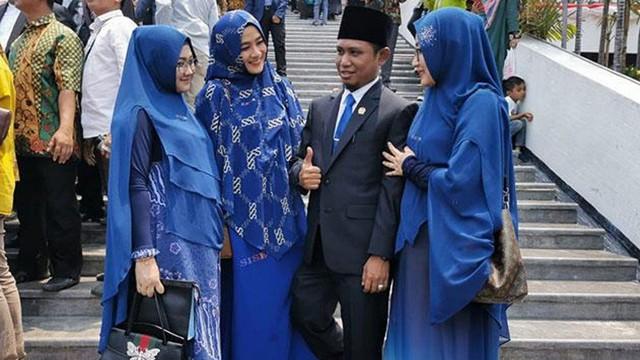 """Nổi như cồn nhờ bức ảnh """"1 ông, 3 bà"""", chính khách Indonesia hứng """"gạch đá"""" đủ xây nhà vì cổ xúy chế độ đa thê"""