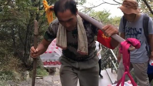 Người cha gánh nước leo 18.000 bậc thang một ngày kiếm tiền nuôi con gái học đại học