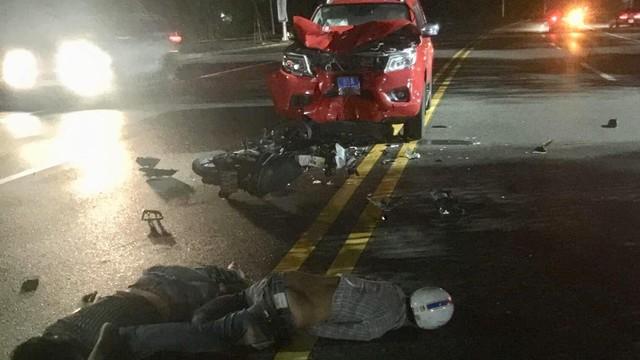 2 thanh niên đi xe máy nguy kịch sau khi tông vào xe cảnh sát