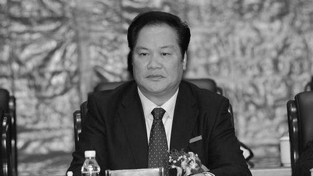 Bi hài quan tham Trung Quốc mê tín: Quỳ lạy thầy cúng giữa sân bay, dời mộ cha cầu thăng tiến