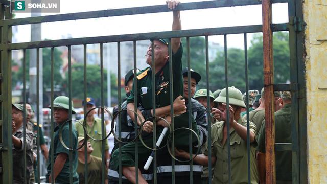 Tự xưng thương binh, nhóm người gây lộn đánh nhau, trèo cổng đòi mua vé trận VN - Malaysia