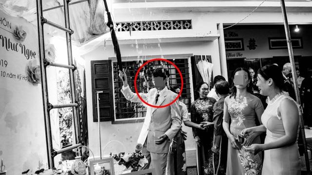 """Đám cưới ngày mưa to, bục rạp, bức ảnh người đàn ông lĩnh trọn """"đòn đau"""" gây chú ý"""