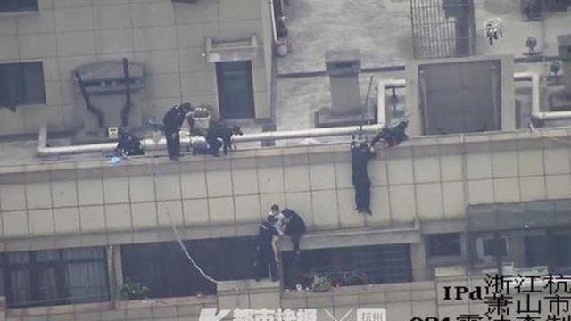 4 giờ sáng ôm hoa hồng tới nhà bạn trai cũ nhưng không được vào, thiếu nữ toan nhảy lầu từ tầng 30