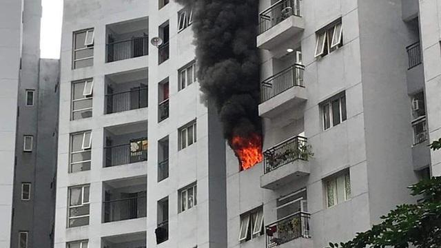 Hà Nội: Cháy chung cư, cột khói đen bốc lên cuồn cuộn, người dân hoảng loạn