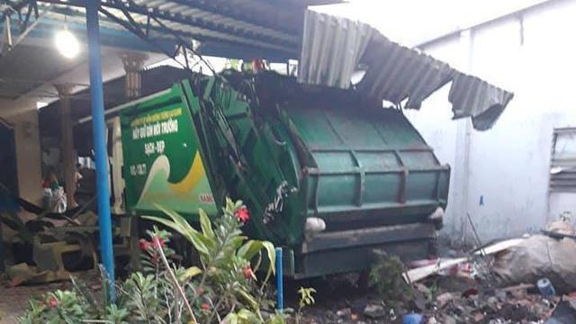 Xe chở rác húc xe bánh mì rồi lao vào nhà dân tông sập mái hiên