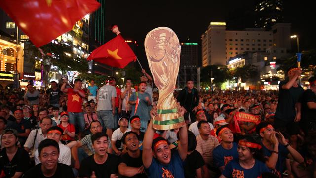 Cờ bay phần phật, mẹ Tiến Linh khóc òa và Sài thành vỡ òa niềm vui mang tên World Cup
