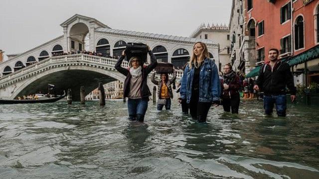 Triều cường Venice đạt mức đỉnh mới, quảng trường Saint Marc đóng cửa