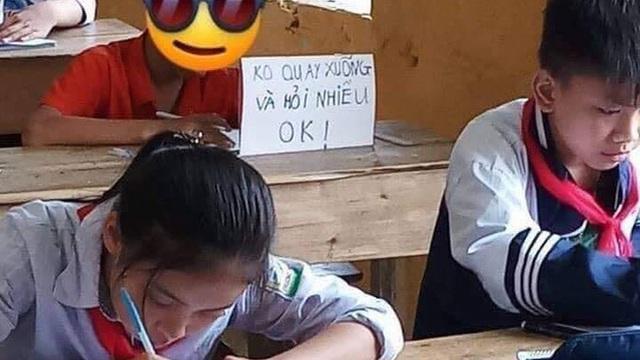 Pha xử lý gắt nhất năm: Sợ bạn hỏi bài trong giờ kiểm tra, cậu bé cấp 1 viết hẳn biển báo dựng ngay trước mặt