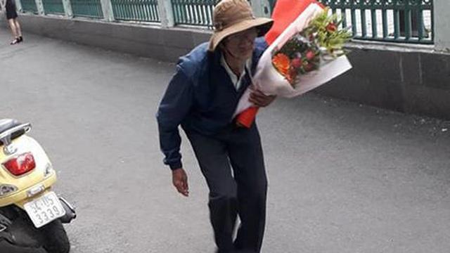 Cảm động hình ảnh người ông lưng còng, ôm hoa đến chúc mừng cháu tốt nghiệp đại học