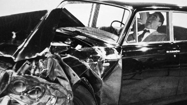 """Cố TBT Liên Xô Brezhnev: Mê lái xe sang, từng suýt """"gây họa"""" cho TT Mỹ Nixon nhưng cả đời chưa từng bị phạt"""