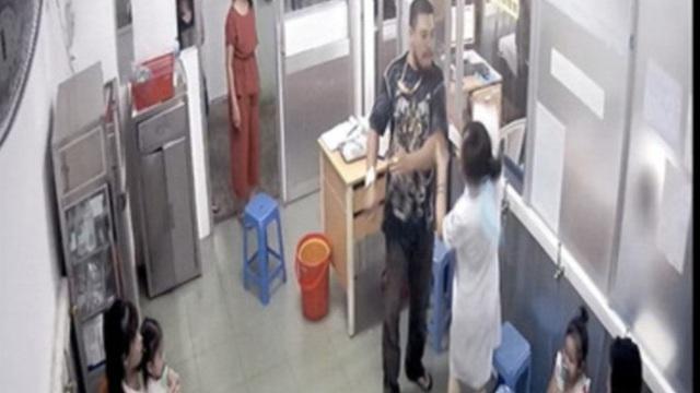 Bố bệnh nhi đánh nữ điều dưỡng bệnh viện Nhi Đồng 1 gãy xương hàm
