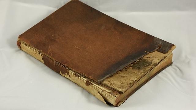 Nhờ mẩu giấy nhỏ trong cuốn sách bị cháy dở, cậu học sinh nghèo không ngờ có ngày đổi đời
