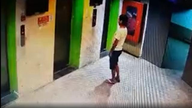 [VIDEO] - Người đàn ông tiểu bậy trong thang máy chung cư ở TP HCM