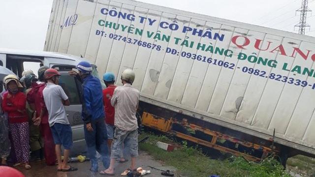 """Vụ xe 16 chỗ """"đối đầu"""" xe container, hàng chục người thương vong: Thêm 1 người tử vong, 2 nạn nhân là nhà sư"""