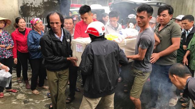 [Ảnh] Hàng nghìn người đón thi thể các nạn nhân tử vong trong thùng xe cotainer ở Anh về quê nhà Nghệ An, Hà Tĩnh