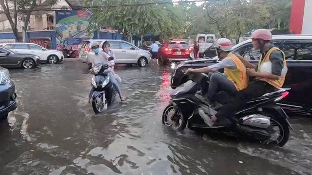 """[Video] Triều cường đạt đỉnh, người Sài Gòn chật vật chiến đấu với """"biển nước"""""""