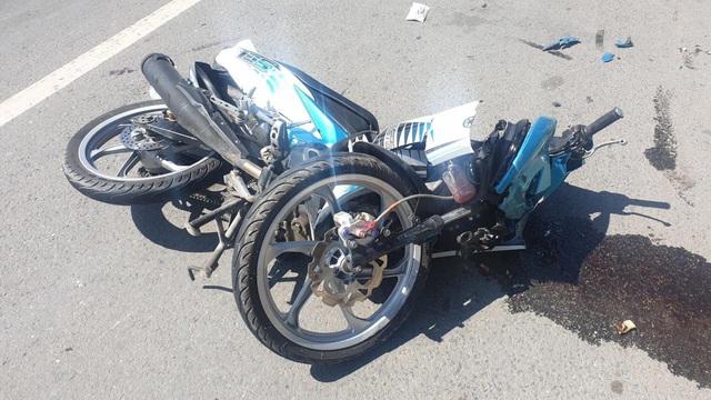Mẹ gào khóc tại hiện trường vụ tai nạn khiến con trai văng vào bụi cỏ tử vong