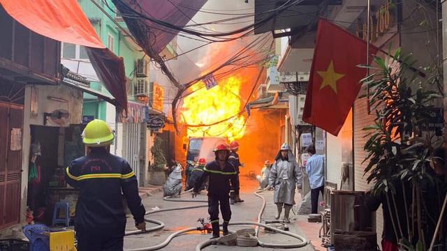Nhân chứng sợ hãi kể giây phút bình gas phát nổ gây ra vụ cháy lớn trên phố Hà Nội