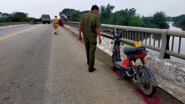 Nghi vấn nữ sinh để lại xe đạp cùng thư tuyệt mệnh trên cầu rồi nhảy tự tử