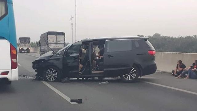 Ô tô 7 chỗ tông dải phân cách trên cao tốc, 3 người bò ra kêu cứu, giao thông ùn tắc ở Sài Gòn