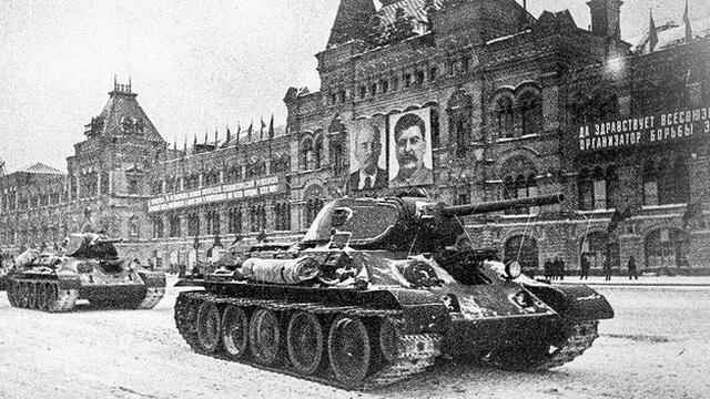 Liên Xô duyệt binh trên Quảng trường Đỏ giữa lúc Moscow bị Đức bao vây