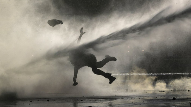 24h qua ảnh: Người biểu tình bị vòi rồng thổi bay