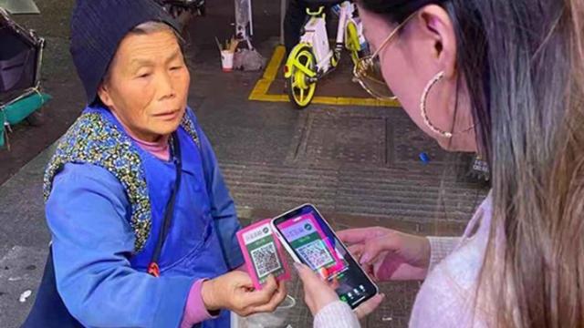 Chảnh như ăn mày Trung Quốc: không có tiền mặt thì bắn tiền qua WeChat hộ với