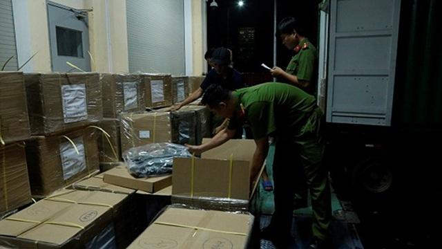Phát hiện hơn 1.300 áo chống đạn trong container