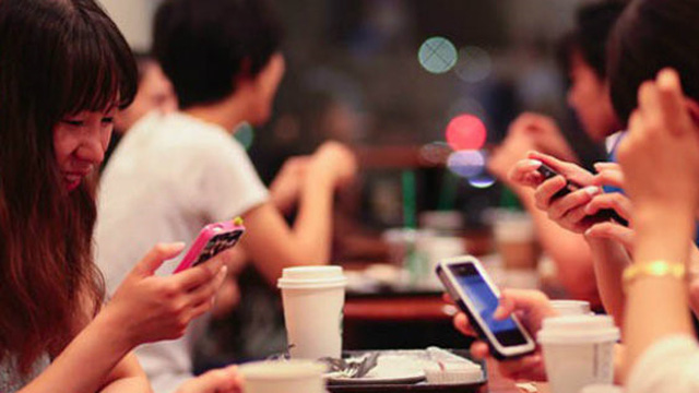 Dán mắt vào smartphone, 1 trong 6 thói quen gây ra căn bệnh nghiêm trọng cho người trẻ
