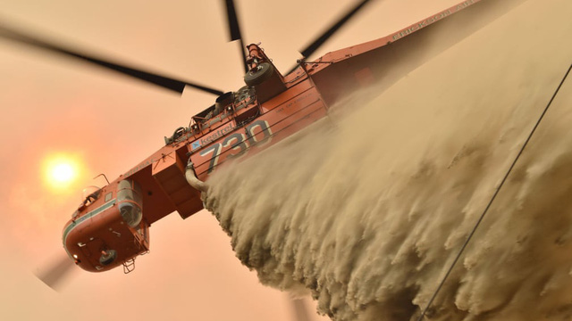 24h qua ảnh: Máy bay thả chất ngăn cháy, dập cháy rừng ở Australia