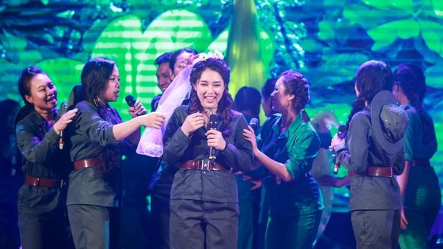 Ca sĩ Bảo Trâm mặc áo lính, làm cô dâu xinh đẹp trong vở nhạc kịch Tình em 2