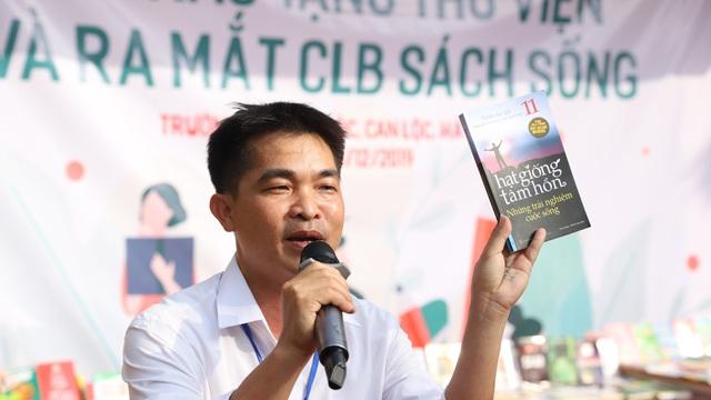 Thầy Hiệu trưởng nơi quê nghèo: Cuốn sách chỉ 40.000đ nhưng là món quà rất quý với học sinh!